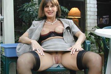 Kate - szexi nagymama dugja magát