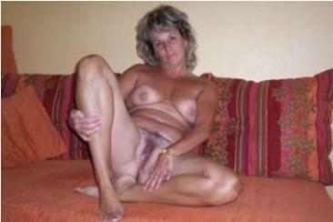 Gabi mami meztelenül puncit villant